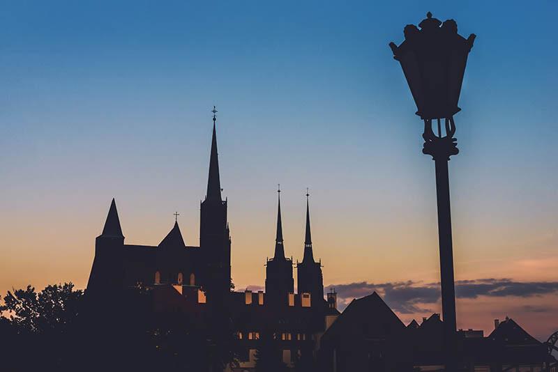 Latarnia na tle Kościoła nocą