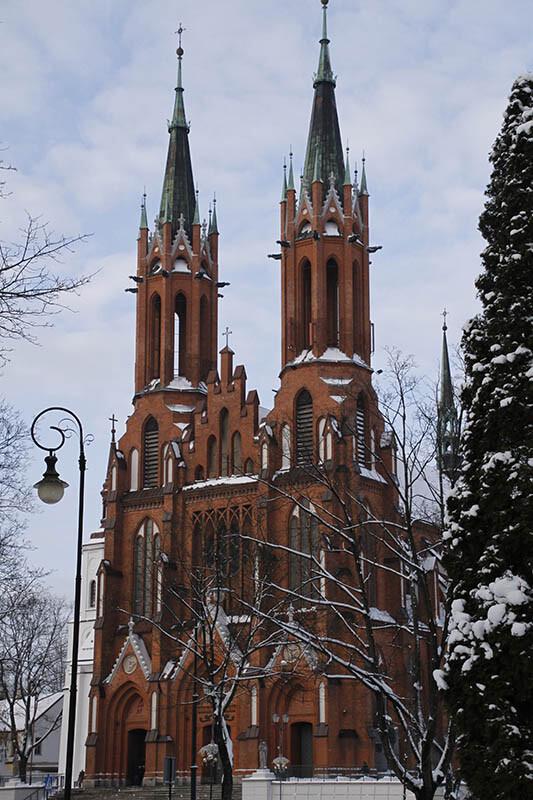 Latarnie na tle kościoła. Pejzaż zimą